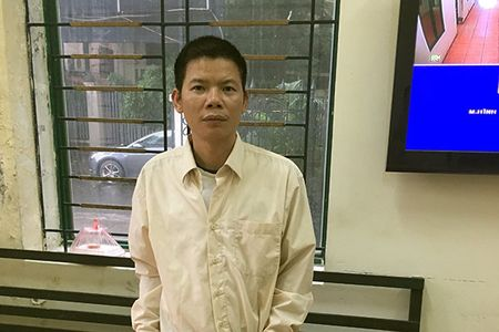 Bat doi tuong hanh hung can bo y te di phun thuoc diet muoi - Anh 1