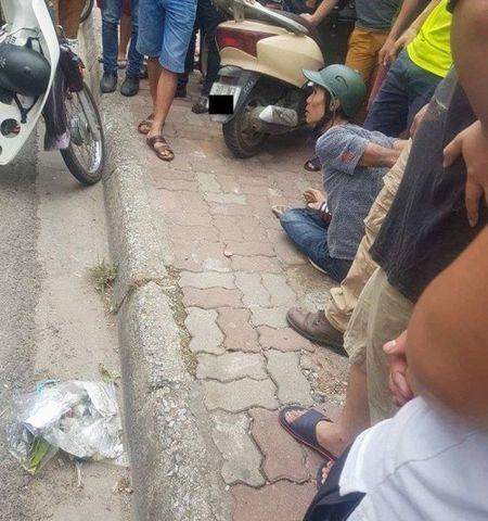 Ha Noi: Ten trom xe may bi dan vay bat sau 12 vong bo chay quanh khu pho Dinh Cong - Anh 1