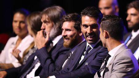 Fan xon xao voi nu cuoi 'ac quy' cua Ramos khi Ronaldo bat tay Messi - Anh 1