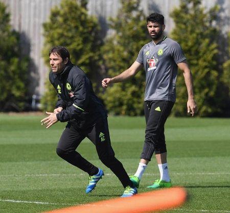 Diego Costa 'xuong nuoc', xach xe den san tap Chelsea - Anh 4