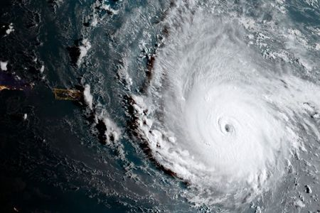 Tong thong Donald Trump ban bo tinh trang khan cap khi sieu bao Irma den gan - Anh 1
