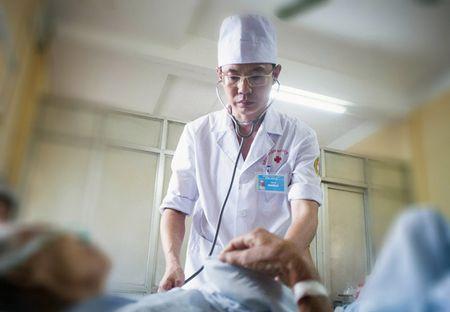 Bac Si Nguyen Le: '10 nam ung thu gan, khong hoa tri, xa tri van song khoe' - Anh 2