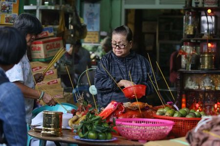 Nhung 'vong hon song' mang vot di giat tien le cung ram thang 7 nao loan pho Sai Gon - Anh 1