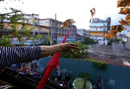 Nhung 'vong hon song' mang vot di giat tien le cung ram thang 7 nao loan pho Sai Gon - Anh 4