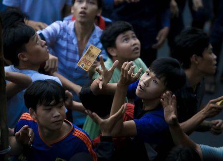Nhung 'vong hon song' mang vot di giat tien le cung ram thang 7 nao loan pho Sai Gon - Anh 6