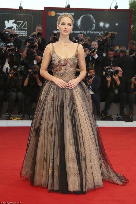LHP Venice 2017: Jennifer Lawrence vua xuat hien da thu hut moi anh nhin - Anh 2