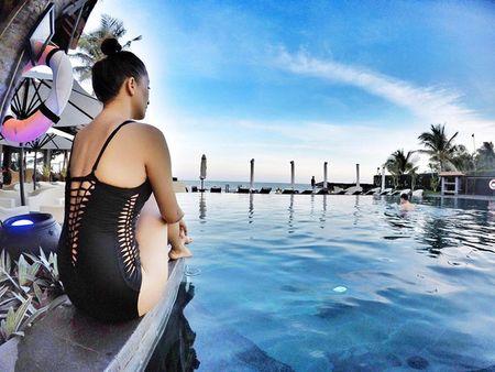 Khanh Thi dien bikini 'muot mat', hon dam say chong tre Phan Hien - Anh 1