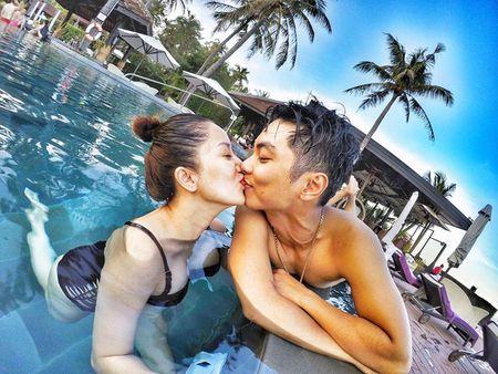 Khanh Thi dien bikini 'muot mat', hon dam say chong tre Phan Hien - Anh 2