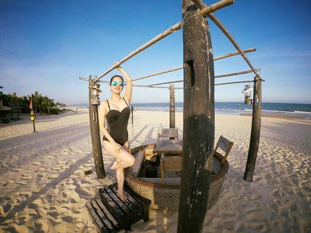 Khanh Thi dien bikini 'muot mat', hon dam say chong tre Phan Hien - Anh 3