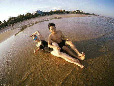 Khanh Thi dien bikini 'muot mat', hon dam say chong tre Phan Hien - Anh 5