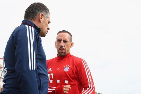 Vien binh khung xuat hien tren san tap Bayern - Anh 10