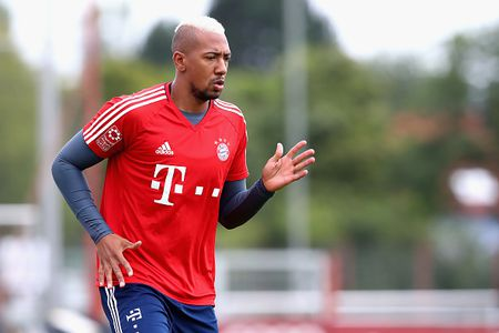 Vien binh khung xuat hien tren san tap Bayern - Anh 2