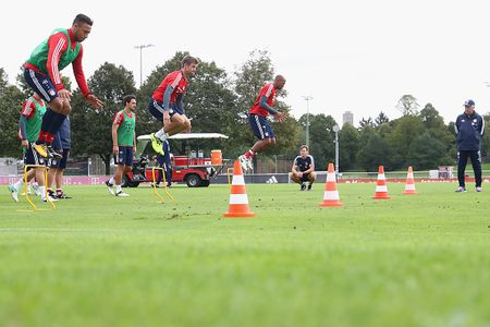 Vien binh khung xuat hien tren san tap Bayern - Anh 6