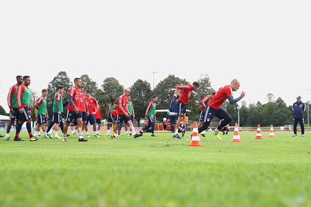 Vien binh khung xuat hien tren san tap Bayern - Anh 7