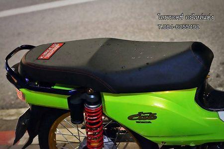 Honda Super Cub 110 'mau me' voi do choi hang hieu - Anh 7