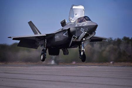 Hai quan Anh trien khai F-35 cho tau san bay moi nhat - Anh 1