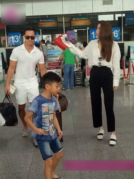 Kim Ly xach vali cho Ho Ngoc Ha va Subeo tai san bay - Anh 1