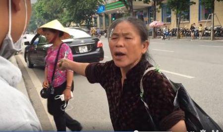 Hot girl ban tam lua dao tren Ho Guom bi cu ba nhat rac tom gon - Anh 2