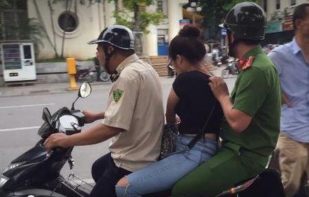 Hot girl ban tam lua dao tren Ho Guom bi cu ba nhat rac tom gon - Anh 3
