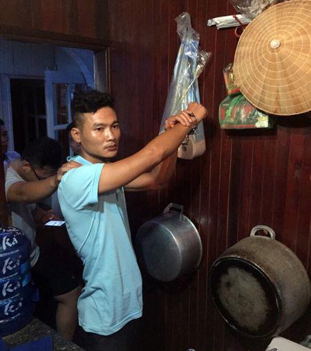 Quang Ninh: Khoi to thuyen vien trom tien cua khach du lich - Anh 1