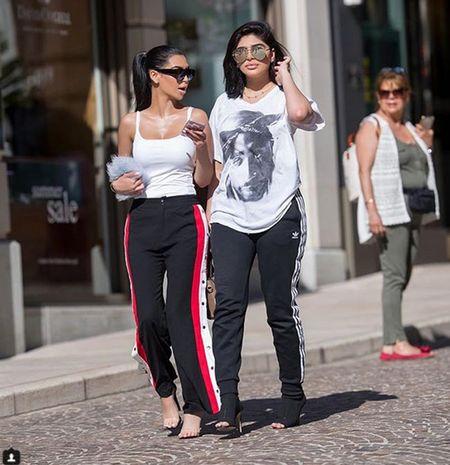 Cap chi em khien dan mang hoang mang vi qua giong Kim Kardashian va Kylie Jenner - Anh 2