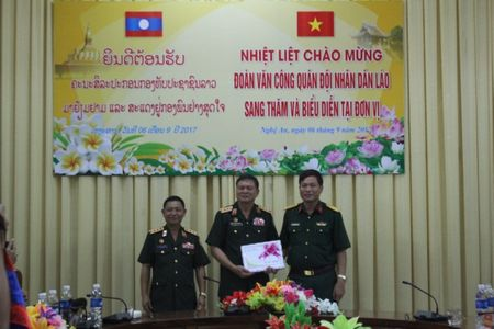 Doan Van cong Quan doi Lao bieu dien o Su doan 324 - Anh 1