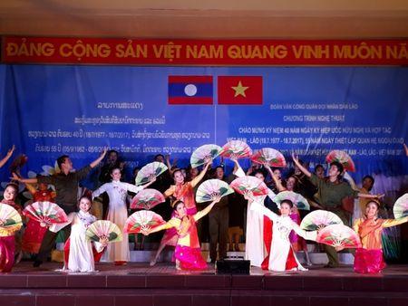 Doan Van cong Quan doi Lao bieu dien o Su doan 324 - Anh 5