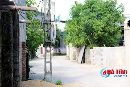 Di doi hang tram cot dien 'chinh inh' giua pho phuong Ha Tinh - Anh 1