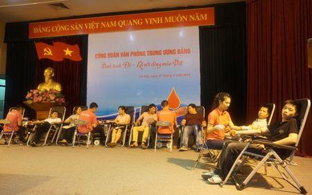 Doan vien Cong doan Van phong Trung uong Dang tham gia hien mau nhan dao - Anh 1