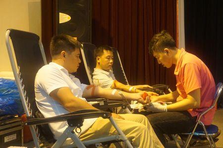 Doan vien Cong doan Van phong Trung uong Dang tham gia hien mau nhan dao - Anh 4