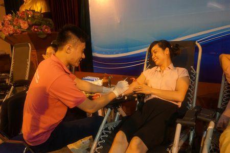 Doan vien Cong doan Van phong Trung uong Dang tham gia hien mau nhan dao - Anh 5