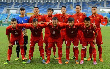 Hoc tro HLV Hoang Anh Tuan 8 lan choc thung luoi U18 Brunei - Anh 1