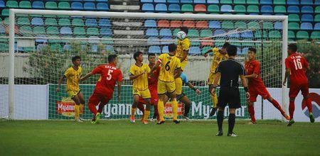 Hoc tro HLV Hoang Anh Tuan 8 lan choc thung luoi U18 Brunei - Anh 2