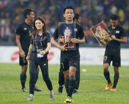 Bao ve ngoi vuong SEA Games 29, U22 Thai Lan noi loi tam biet nu truong doan xinh dep - Anh 2