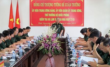Thuong tuong Be Xuan Truong kiem tra Nha may Z115 - Anh 1