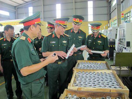 Thuong tuong Be Xuan Truong kiem tra Nha may Z115 - Anh 2