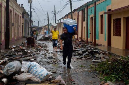 Nhieu nguoi Cuba san sang xuong ham tranh sieu bao Irma - Anh 1