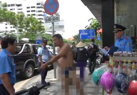 Tai xe taxi du cam dao ruot duoi TTGT chi bi phat hanh chinh - Anh 1