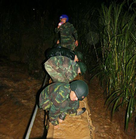 Don BP Pho Bang giup dan chay lu trong dem - Anh 4