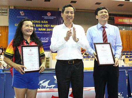 Giai Bong ban Cup Hoi Nha bao Viet Nam lan thu XI- nam 2017: Nguyen Lan Huong (LCH Dai PT- TH Ha Noi) doat giai Hoa khoi Bong ban - Anh 1
