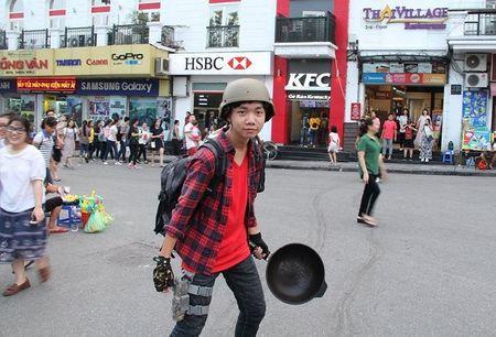 Hang tram nam thanh nu tu doi mu bao hiem, cam chao chay quanh Ho Guom - Anh 4