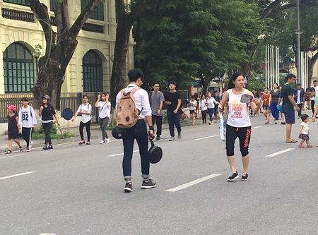 Hang tram nam thanh nu tu doi mu bao hiem, cam chao chay quanh Ho Guom - Anh 5
