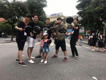 Hang tram nam thanh nu tu doi mu bao hiem, cam chao chay quanh Ho Guom - Anh 6