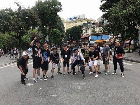 Hang tram nam thanh nu tu doi mu bao hiem, cam chao chay quanh Ho Guom - Anh 7