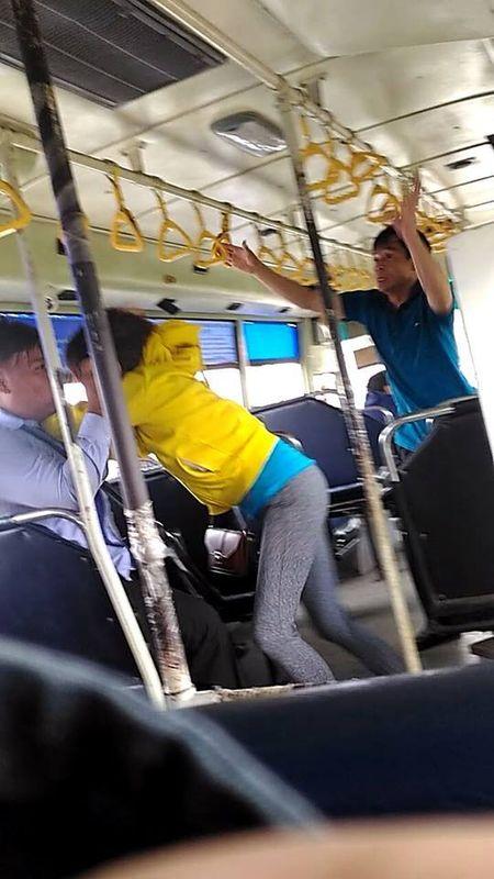 Nhan vien xe buyt va hanh khach lao vao au da ngay tren xe o TP.HCM - Anh 1