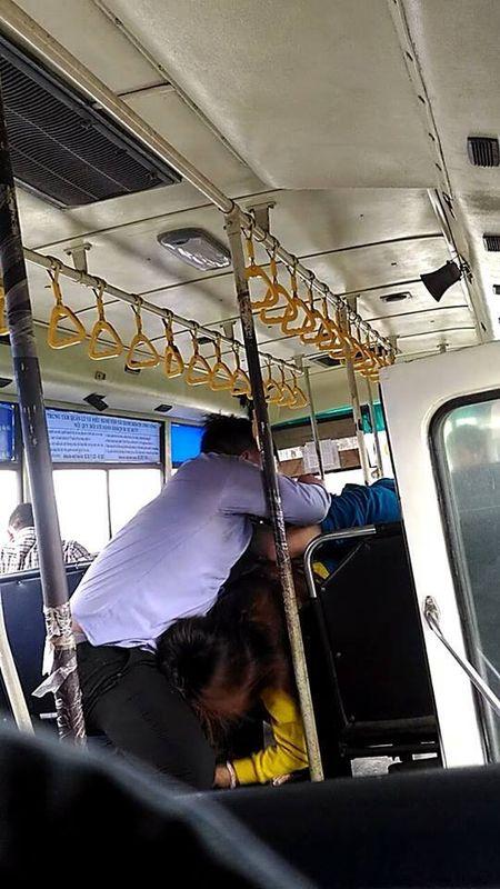 Nhan vien xe buyt va hanh khach lao vao au da ngay tren xe o TP.HCM - Anh 2