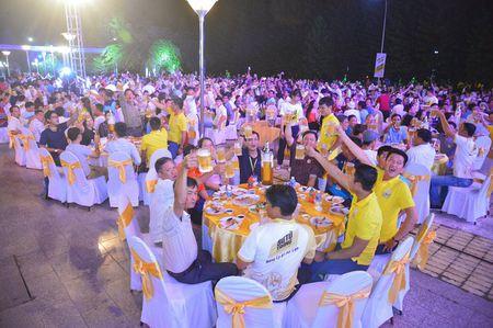 Le hoi Bia Su Tu Trang 'Nang ly vi chi lon' - Dem hoi day niem vui cua nguoi dan thanh pho - Anh 3
