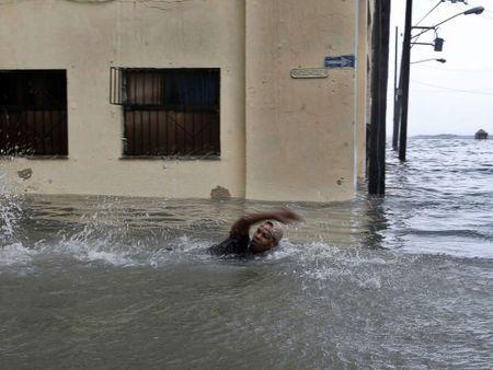 Bao Irma da den My, song cao 6 m van ap vao Cuba - Anh 2