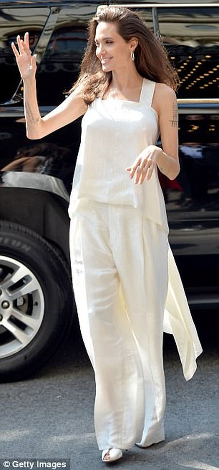 Angelina Jolie rang ngoi cung cac con tren tham do - Anh 1