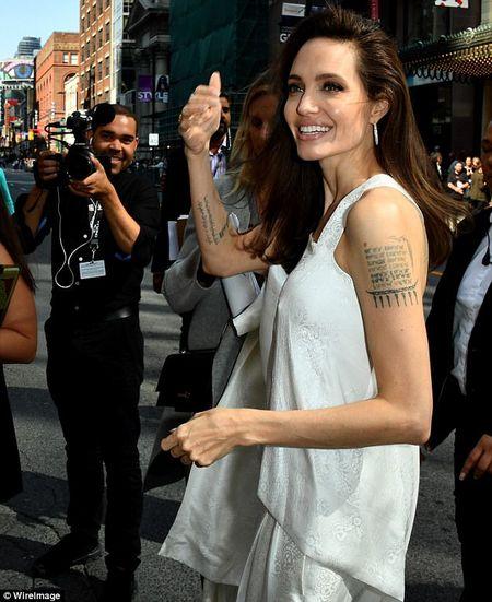 Angelina Jolie rang ngoi cung cac con tren tham do - Anh 3